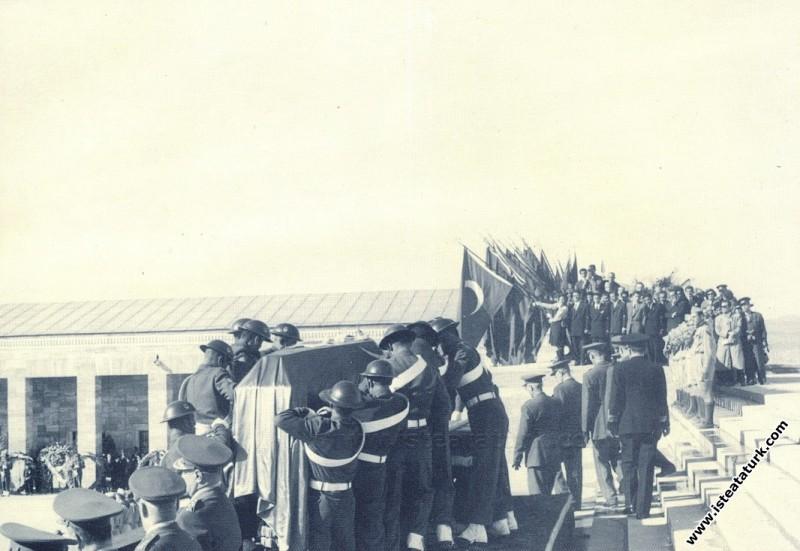 Atatürk'ün cenazesi Anıtkabir'de Hitabet Kürsüsünd...