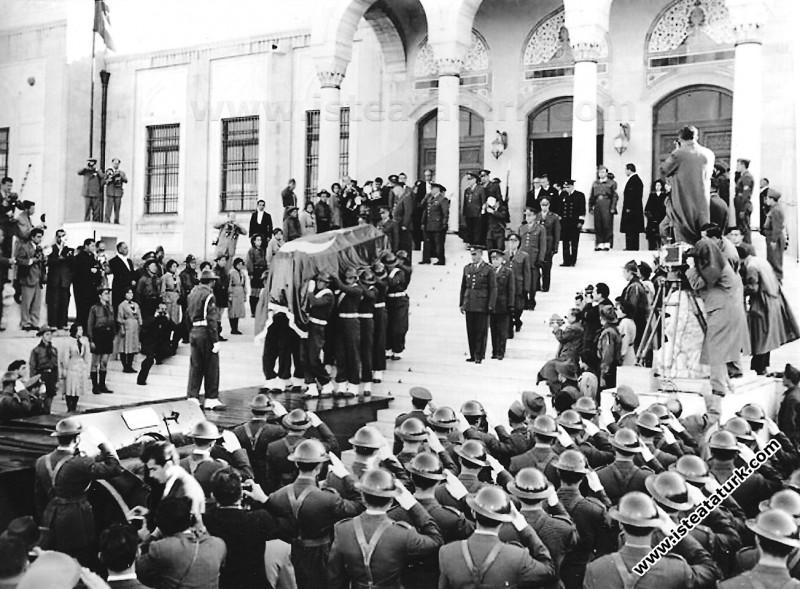 Ulu Önder Atatürk'ün cenazesi Etnografya Müzesi'nd...