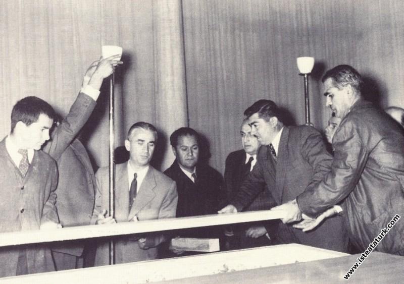 Ulu Önder Atatürk'ün Etnografya Müzesi'ndeki, lahitinin açılışı. (09.11.1953)