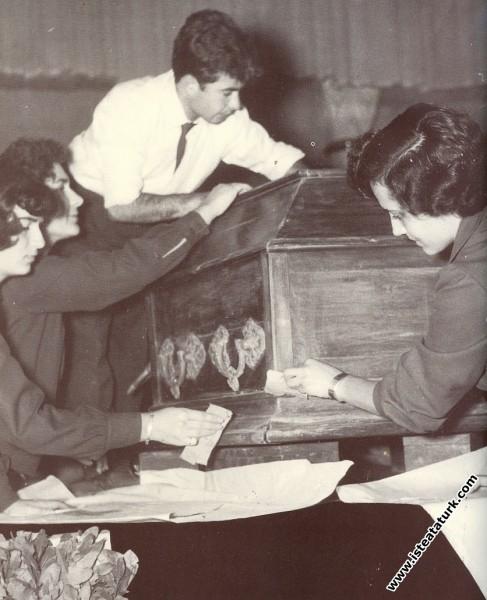 Atatürk'ün tabutunun katafalka konulduktan sonra Ö...