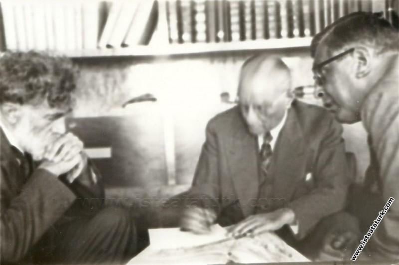 Atatürk Florya'da kütüphanede Afet İnan, Eugene Pittard ve Müştak Mayakon ile birlikte çalışırken. (15.09.1937)