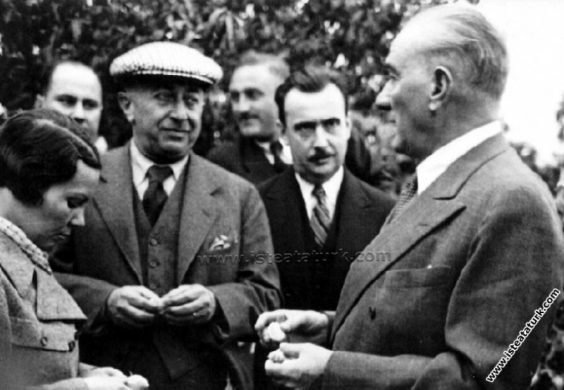 Atatürk Mersin'de bir narenciye bahçesinde. (19.11...