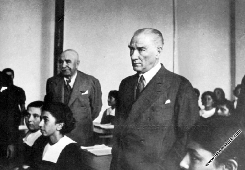 Atatürk Adana'da İsmet Paşa Kız Enstitüsü'nde tari...