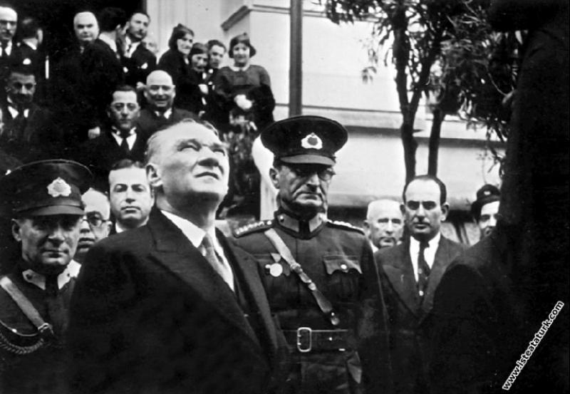 Adana'da İsmet Paşa Kız Enstitüsü'nün önünde. (19....