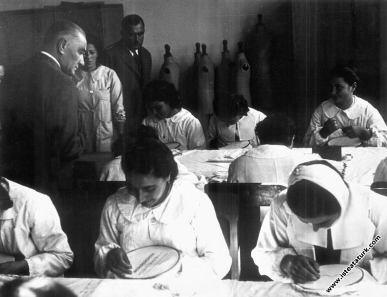 Adana'da İsmet Paşa Kız Enstitüsü'nde derste elsanatı çalışmalarını incelerken. (19.11.1937)