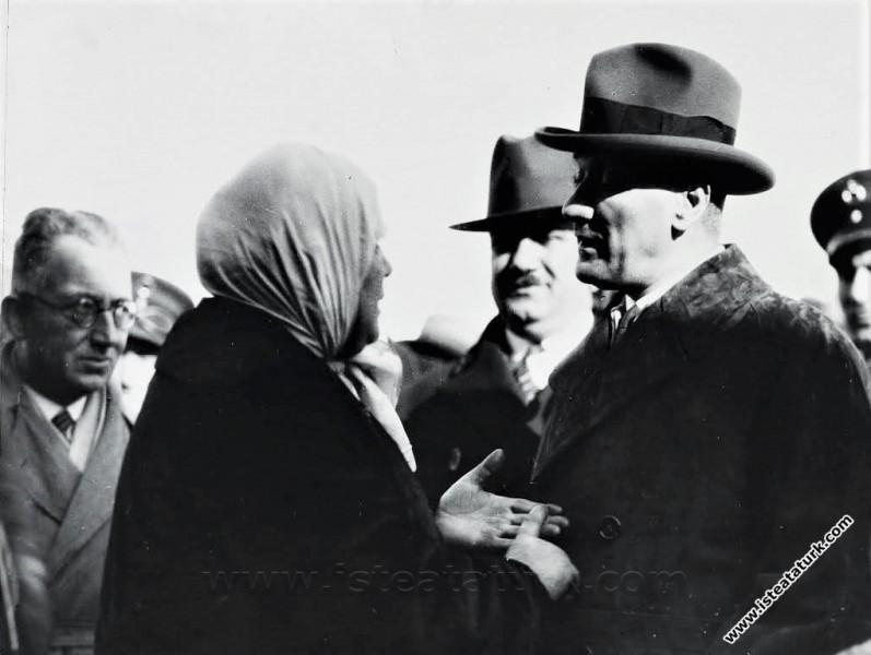 Mustafa Kemal Atatürk Bursa'da bir kadının dertlerini dinlerken. (04.01.1931)