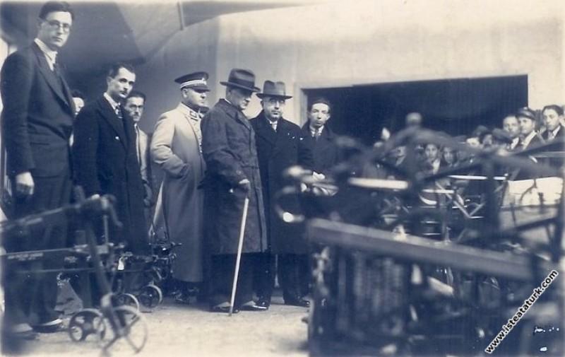 Mustafa Kemal Atatürk Ankara'da açılan ziraat aletleri sergisini gezerken. (07.01.1931)