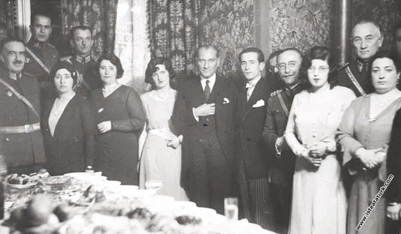 Mustafa Kemal Atatürk  Mareşal Fevzi Çakmak'ın kız...