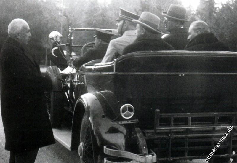 Mustafa Kemal Atatürk İzmir Kemalpaşa ilçesine giderken. (30.01.1931)