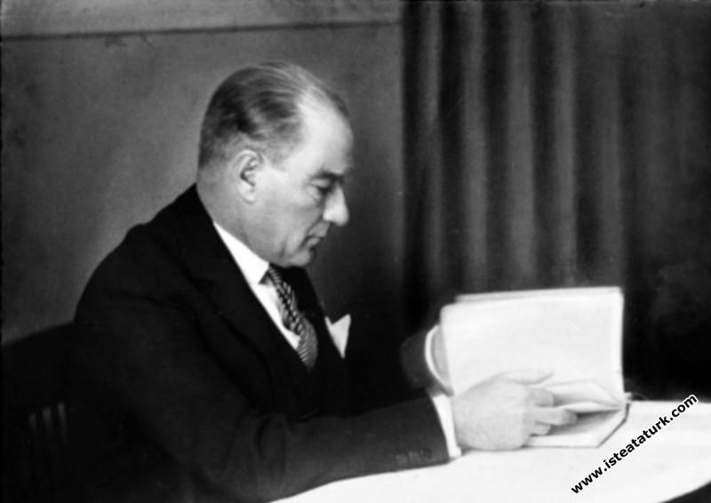 Mustafa Kemal Atatürk İzmir Ziraat Bankası'nda tar...