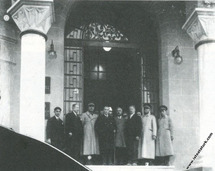 Mustafa Kemal Atatürk İzmir'de İş Bankası'nı ziyar...