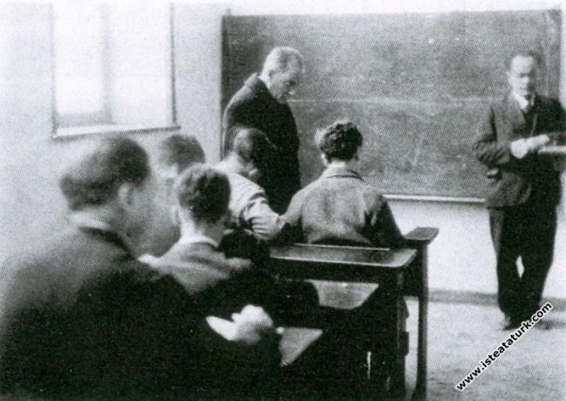 İzmir Erkek Lisesi'nde edebiyat dersinde. (01.02.1...