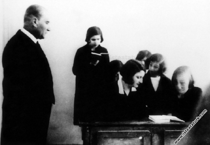 Mustafa Kemal Atatürk İzmir Kız Lisesi'nde bir der...