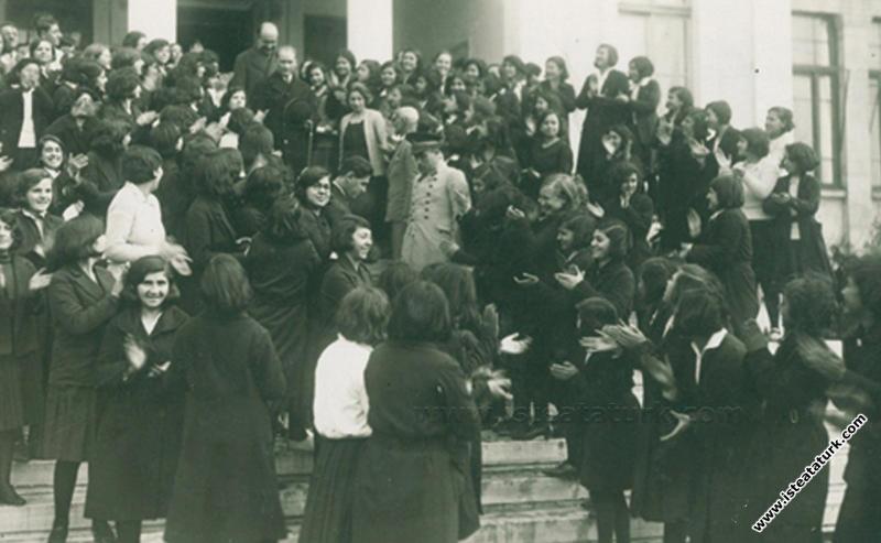 Atatürk İzmir Kız Lisesi'nden ayrılırken, öğretmen...