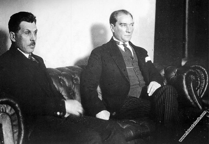 Mustafa Kemal Atatürk Fethiye'de Kazım Özalp ile b...