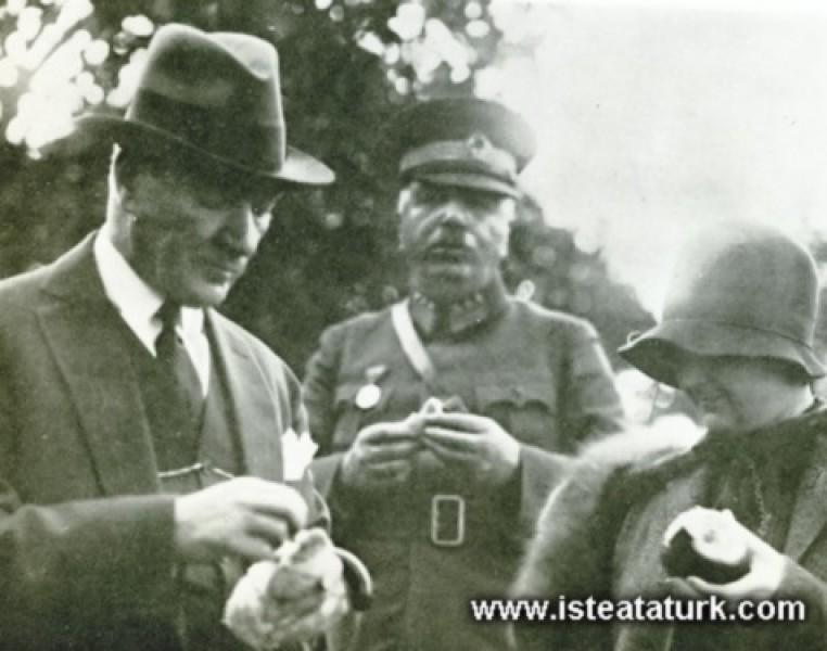 Mustafa Kemal Atatürk Dörtyol'da portakal bahçeler...