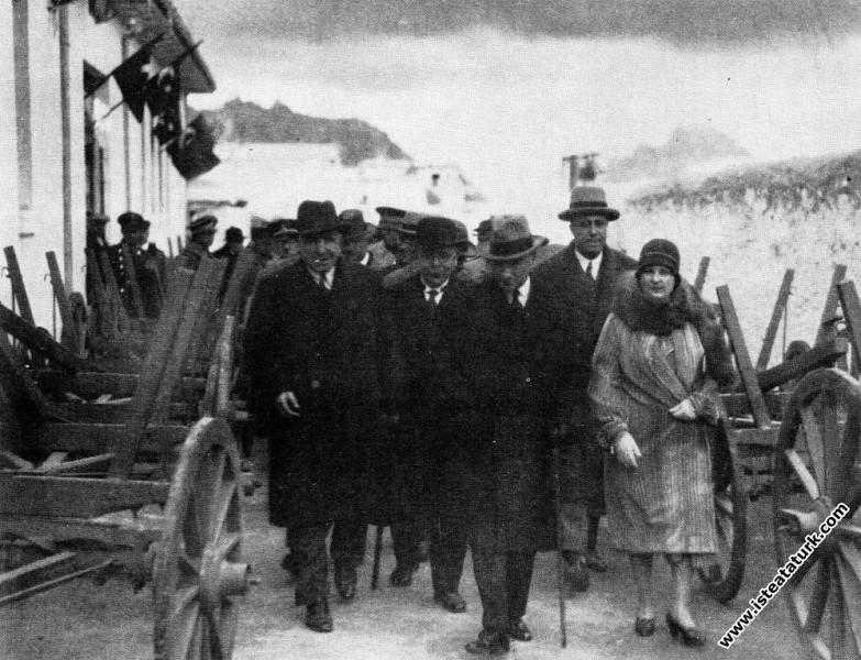 Mustafa Kemal Atatürk Afyon'da köylü arabalarının yapılışını incelerken. (02.03.1931)