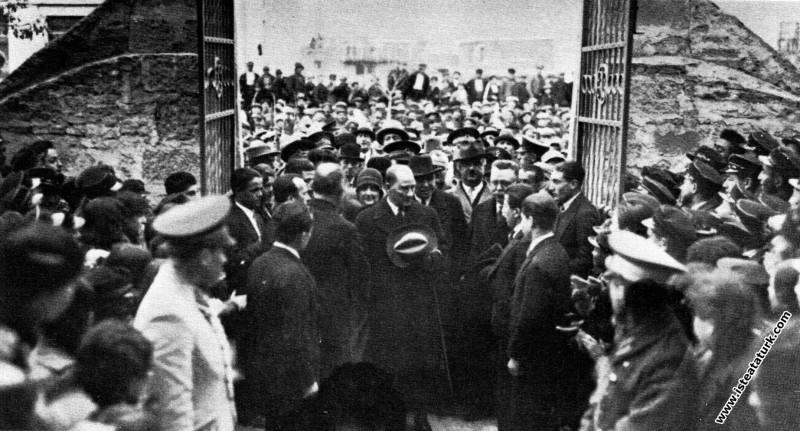 Mustafa Kemal Atatürk Afyon'da Erkek Lisesi'ne gelirken. (02.03.1931)