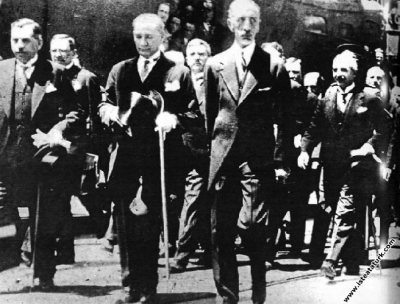 Mustafa Kemal Atatürk Irak Kralı Faysal'la beraber Ankara Garı'nda. (06.07.1931)