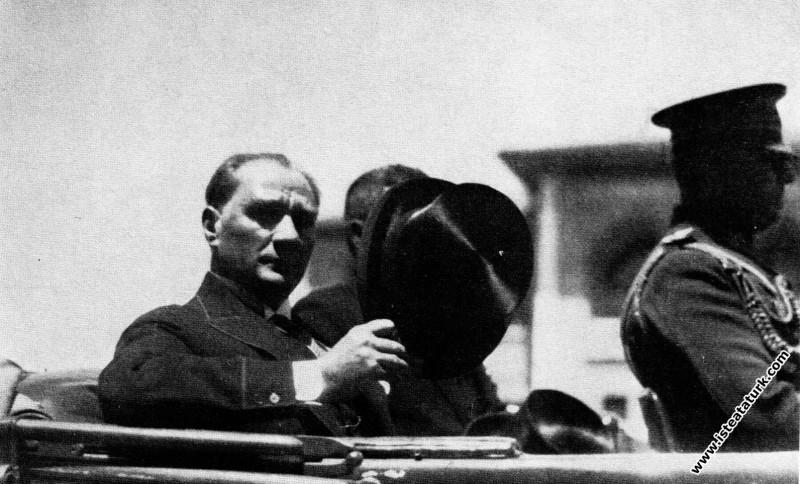 Mustafa Kemal Atatürk Irak Kralı Faysal'ı karşılamadan dönerken. (06.07.1931)