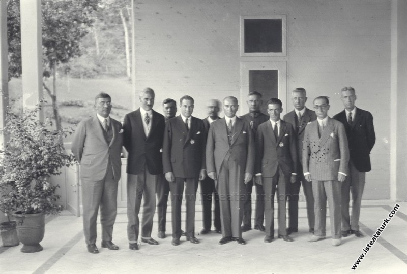 New York'tan uçarak Atlantik'i aşıp İstanbul Yeşilköy'e inen iki Amerikalı Pilotu Yalova'da kabul etmesi. (01.08.1931)