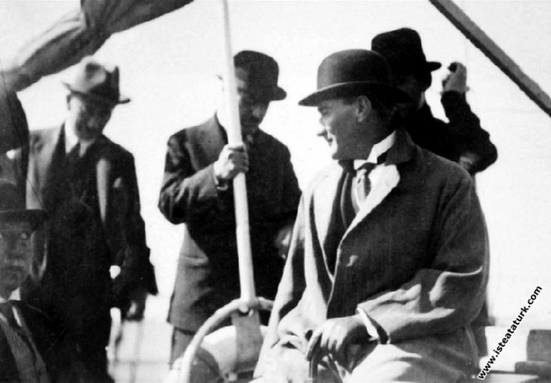Mustafa Kemal Atatürk Sakarya Motoru ile Suadiye'y...