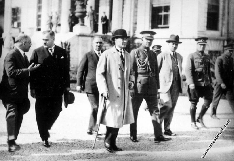 Mustafa Kemal Atatürk Dolmabahçe Sarayı'nda. (15.0...