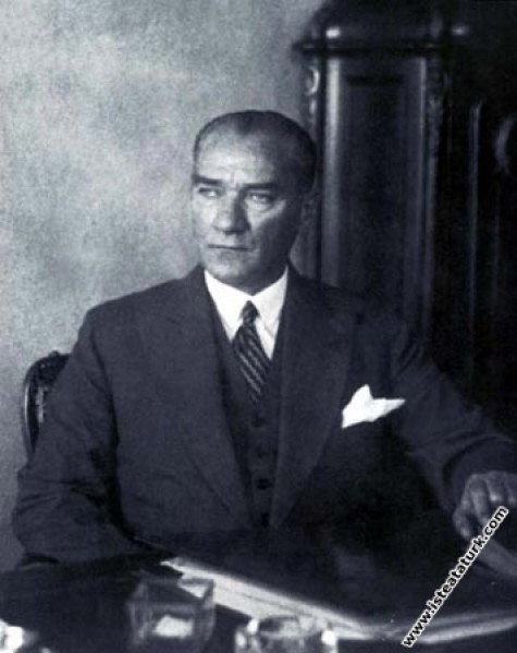 Mustafa Kemal Atatürk Yalova'da çalışma masasında. (1932)