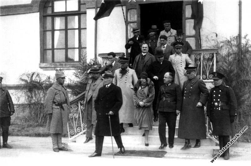 Mustafa Kemal Atatürk İstanbul'da bir ziyaret sonrası Afet İnan'la binadan ayrılırken. (1932)
