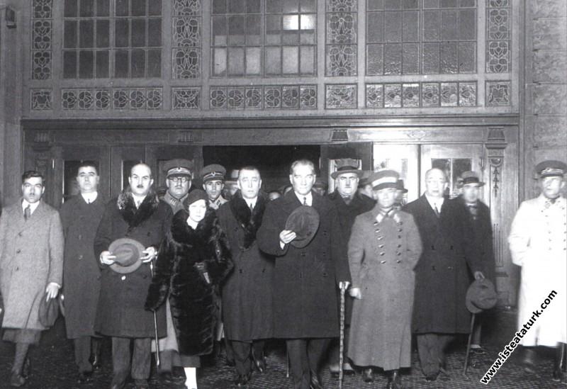 Atatürk İstanbul'dan Ankara'ya uğurlanırken Haydar...