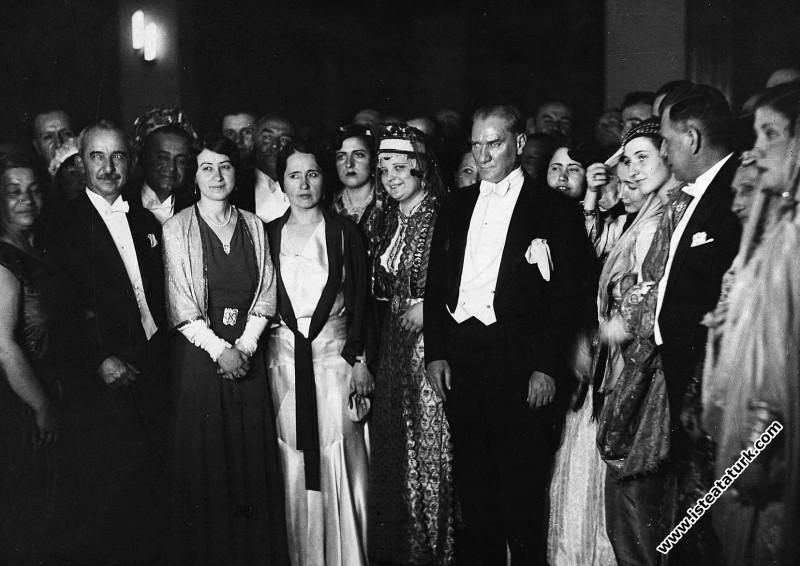 Mustafa Kemal Atatürk Ankara Palas'ta verilen kost...