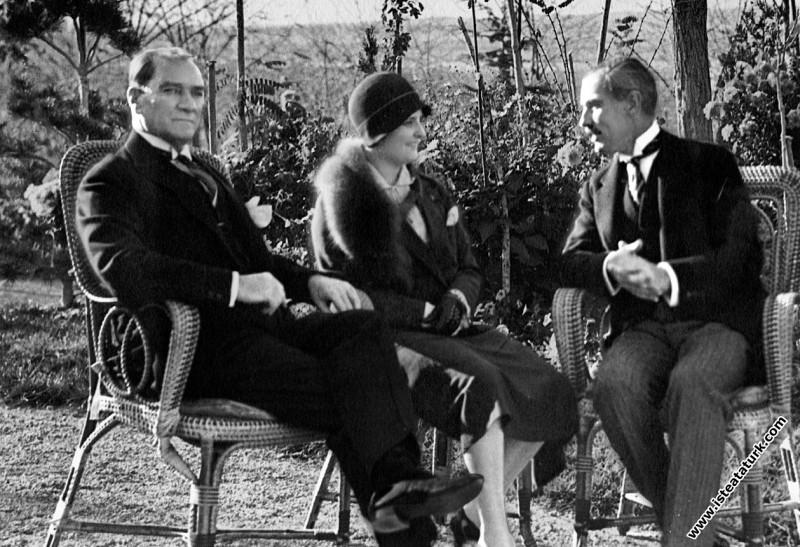 Atatürk  Gazi Orman Çiftliği'nde Afet İnan ve Amer...