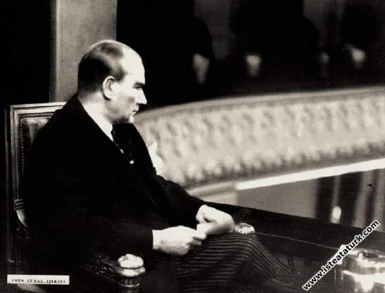 Ankara Halkevi'nde Tarih Kongresi'nin ikinci gününde kongreyi takip ediyor. (03.07.1932)