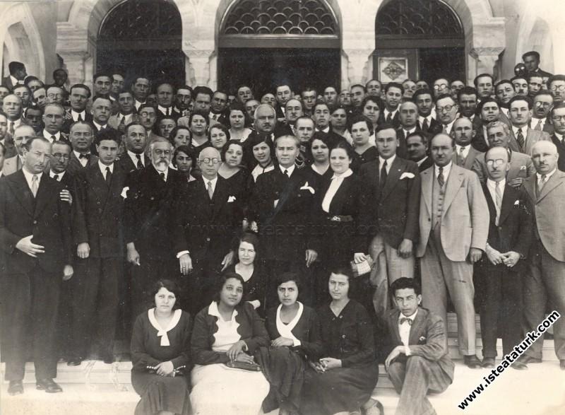 Mustafa Kemal Atatürk I. Tarih Kongresine katılanlarla birlikte Ankara'da. (09.07.1932)