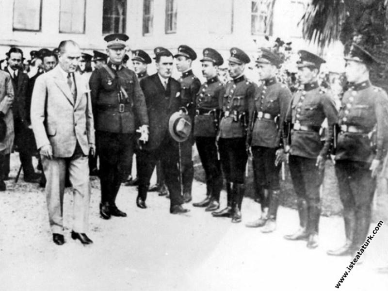 TBMM Başkanı Kazım Özalp'la Dolmabahçe Sarayı'ndan ayrılırken. (22.10.1932)