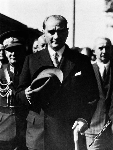 Atatürk'ün Ankara İstasyonu'nda karşılanışı. (23.1...