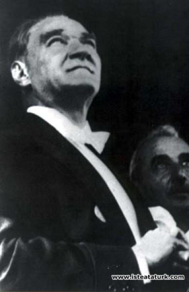 Mustafa Kemal Atatürk Cumhuriyet Bayramı'nda Başbakan İsmet İnönü'yle törende gösteri yapan uçakları izlerken. (29.10.1932)