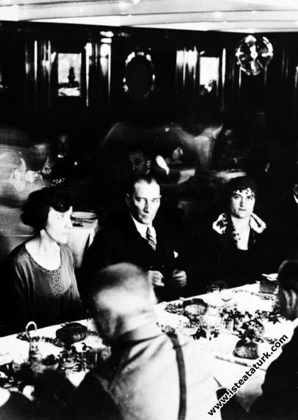 Karadeniz Vapuru'nda öğle yemeğinde, Mudanya. (13.06.1926)