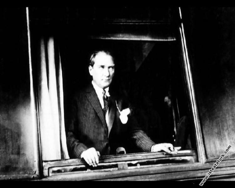İzmir'den ayrılışında, Basmane Tren İstasyonu'nda. (09.07.1926)