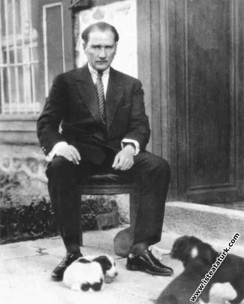 Çankaya Köşkü'nün bahçesi'nde köpek yavrularıyla birlikte. (14.07.1926)