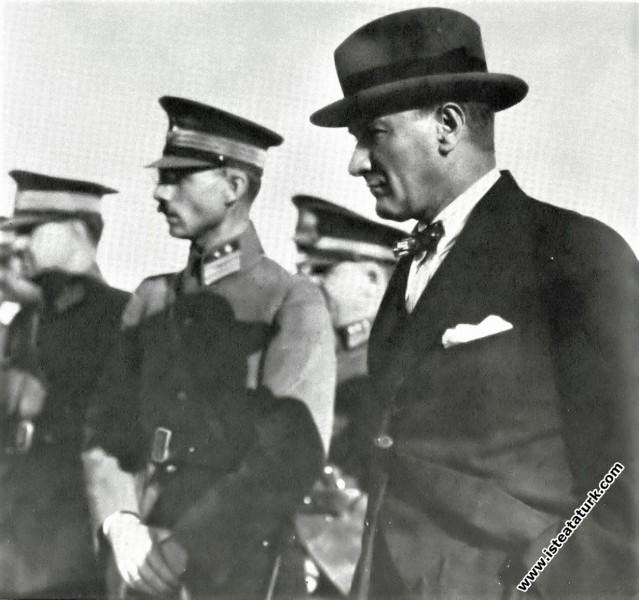 Ankara'da Etimesgut'ta, Alman pilot Hanyeke'nin paraşütle atlayış gösterisini izlemesi. (16.09.1926)