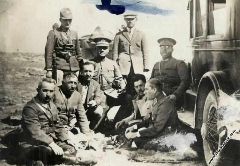 Ankara yakınlarında I. Ordu Manevraları'nda dinlenirken. (08.10.1926)