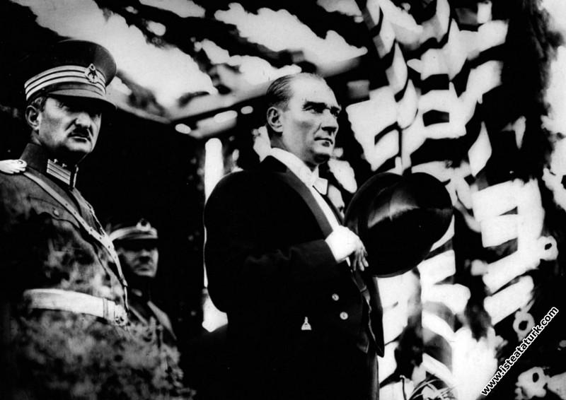 Cumhuriyet Bayramı törenlerini takip ederken. (29....