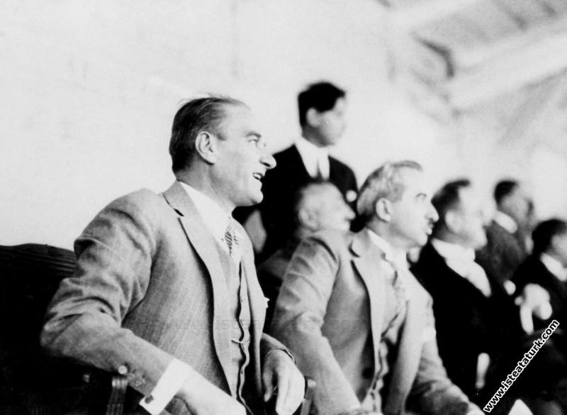 Atatürk Başbakan İsmet İnönü'yle Ankara'da II. Gazi Koşusu'nda. (10.06.1927)