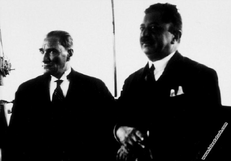 Mustafa Kemal Atatürk İstanbul'a gelişinde Ertuğrul Yatı'nda güvertede, Şükrü Kaya ile birlikte. (01.07.1927)
