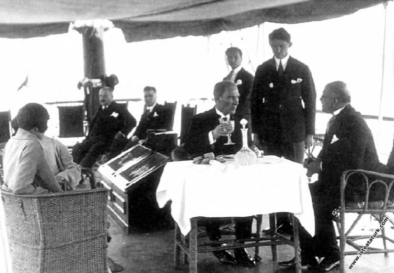 Mustafa Kemal Atatürk İstanbul'a gelişinde, Ertuğr...