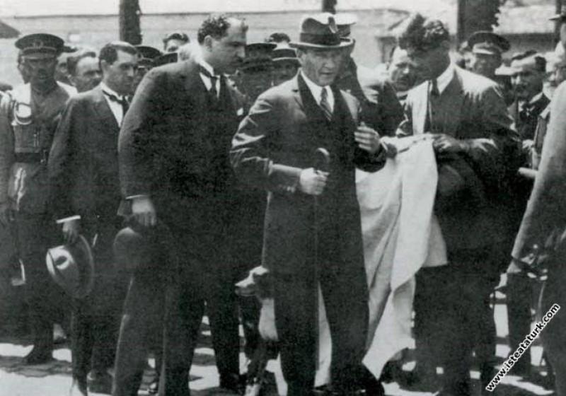 Mustafa Kemal Atatürk İstanbul gezisinde paltosunu...