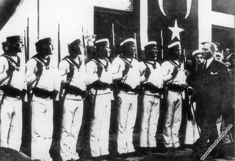 Mustafa Kemal Atatürk Dolmabahçe Sarayı girişinde....