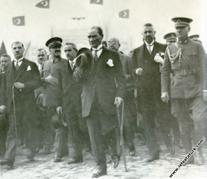 Mustafa Kemal Atatürk İstanbul dönüşü Ankara'da. (10.10.1927)