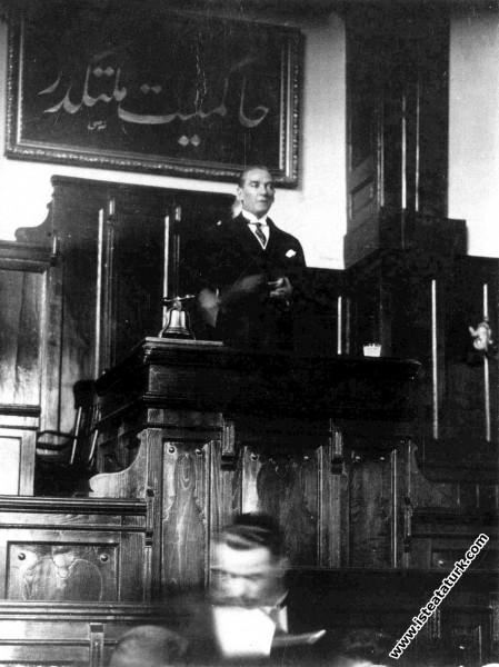 Mustafa Kemal Atatürk Cumhuriyet Halk Partisi'nin II. Büyük Kongresi'nde Büyük Nutku'nu okurken. (15.10.1927)